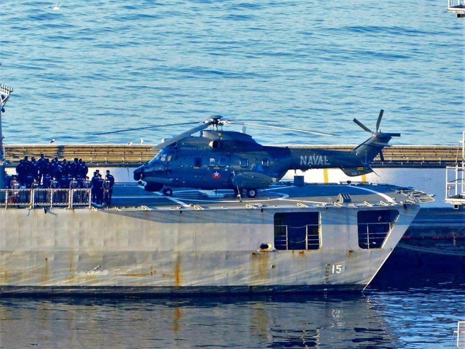 Helicóptero SH-32 en la cubierta de vuelo de la fragata FF-15